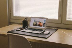 テーブルの上に置いてあるノート型パソコン