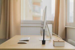 机の上に置いてあるパソコン