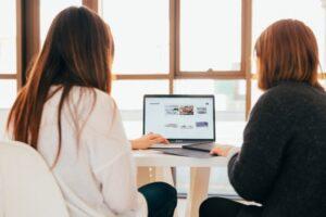 ノートパソコンを見て内容を検討している女性