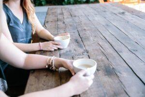 コーヒーを飲みながら話す二人の女性