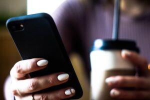 スマートフォンで検索をしている女性