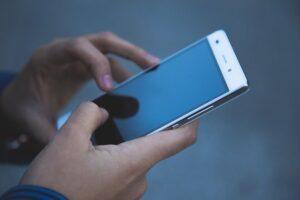 スマートフォンで資料請求をしている。